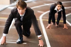 Un noi i una noia estan preparats per a una carrera d'atletisme, i el noi surt d'una posició més avançada que la noia