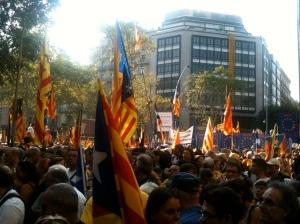 Un munt de gent a la crüilla Gran Via amb Pau Claris, 11/09/2012 17:00h