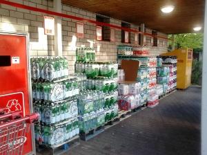 Paquets amb ampolles emmagatzemats al carrer, sense protecció