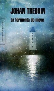 Portada de la novel·la La tormenta de nieve, de Johan Theorin, on es veu un far a la llum de la lluna sobre la mar.