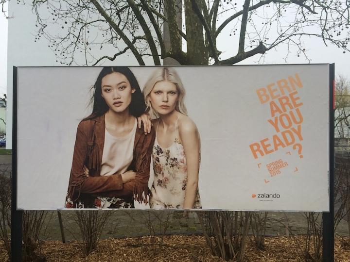 Cartell publicitari on surten dues models molt primes i amb cara seriosa.