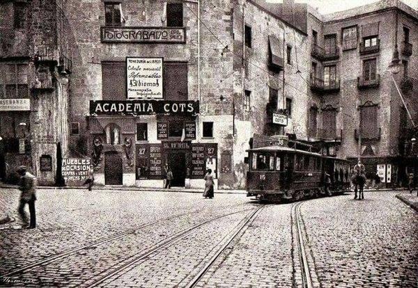 Vista en sèpia del Portal de l'Àngel de Barcelona, cap el 1914, amb un tramvia circulant davant l'Acadèmia Cots