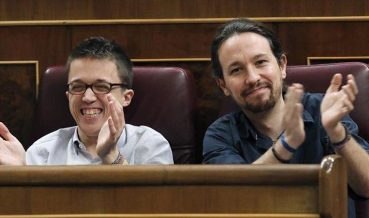 Pablo Iglesias i Íñigo Errejón asseguts un al costat de l'altre al Congreso de los Diputados, aplaudint.