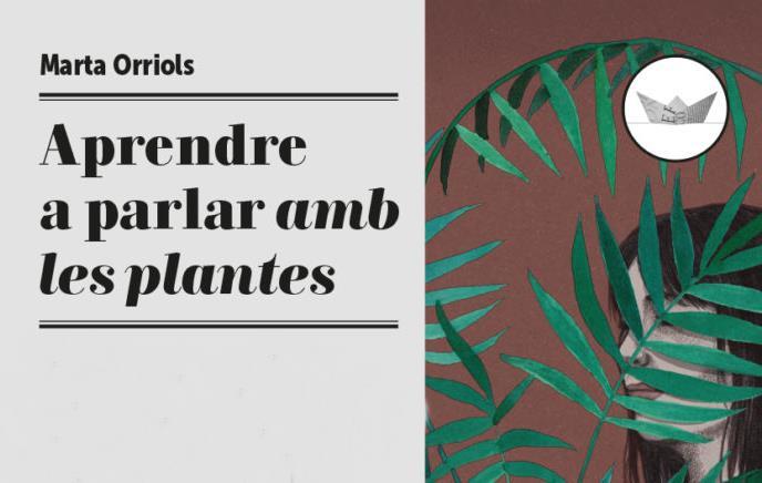 Portada de la novel·la Aprendre a parlar amb les plantes, de la Marta Orriols, amb una noia carregant un cossi amb una planta.