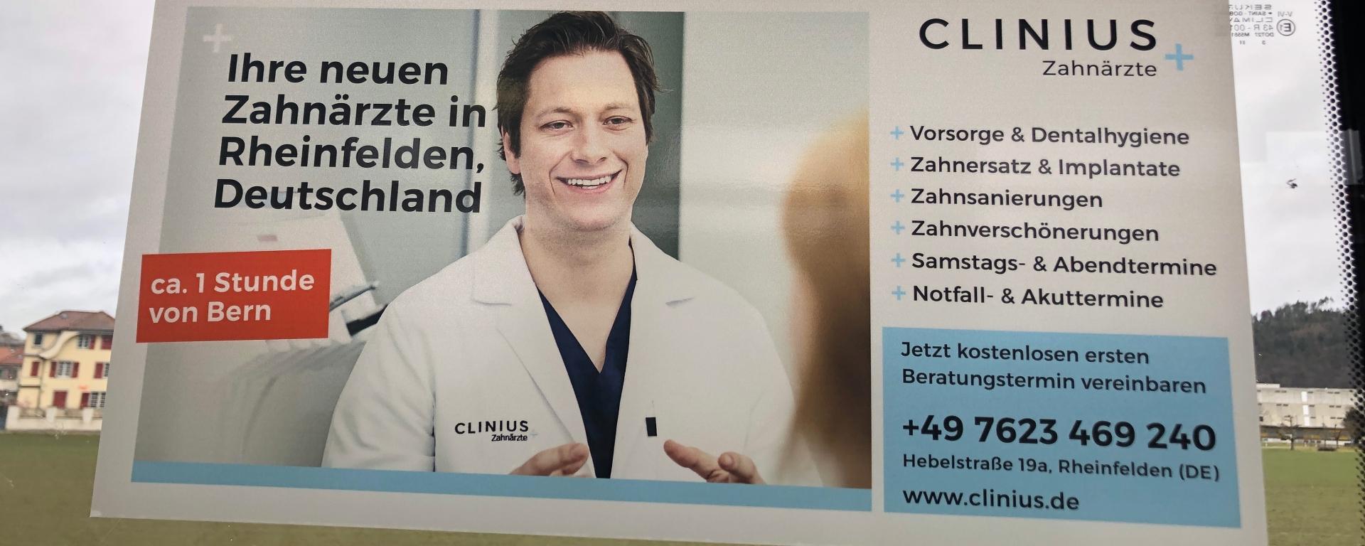 Anunci d'una consulta odontològica a Alemanya, a l'interior d'un tramvia a Berna