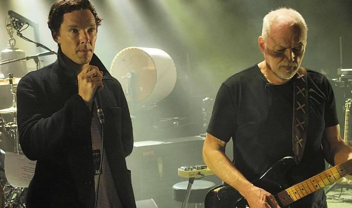David Gilmour tocant la guitarra al costat del Benedict Cumberbatch.