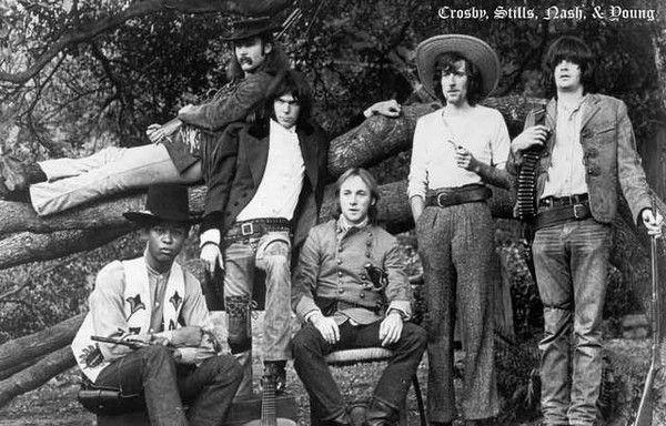 El grup al complet, vestits com a personatges del Far West, en una imatge en blanc i negre