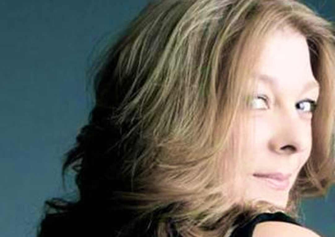 Cara de la cantant de jazz Jacqui Hicks mirant cap enrere per sobre la seva espatlla dreta.