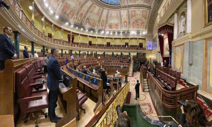 Congreso de los Diputados amb molts pocs diputats durant el confinament. Imatge del Congreso de los Diputados durant el confinament. Els pocs assistents guarden un minut de silenci pels morts de la pandèmia de Covid-19.
