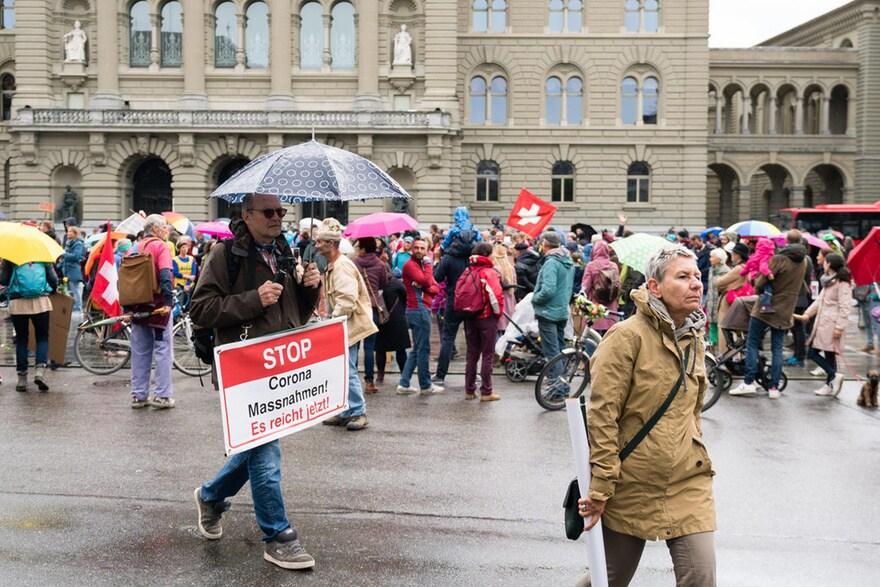 300 manifestants contra el confinament a Suïssa davant del Parlament Federal.