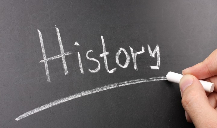 La paraula 'History' escrita a una pissarra amb guix blanc i subratllada.