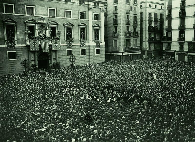 La plaça Sant Jaume plena de gent el 14 d'abril del 1931, escoltant com Francesc Macià proclamà l'Estat Català dins la República Espanyola
